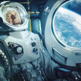 Portrait-dun-astronaute-heureux-sur-un-vaisseau-spatial-en-orbite_Gettyimagesgorodenkoff